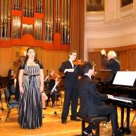 Alja Koren, dr.med., Andrej Gubenšek, dr. med. in Andrej Babnik za klavirjem z orkestrom.