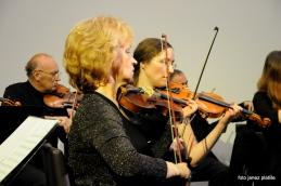 Zaradi bolezni se koncerta ni mogla udeležiti prva violina, Vildana Repše. Prof. Moniki Sklar se tako iskreno zahvaljujemo za pomoč!