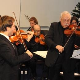 Solista Andrej Gubenšek, dr. med. z violino in dirigent, prof. Franc Avsenek z violo.