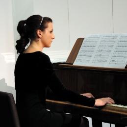 S klavirjem nas je pri večini skladb spremljala študentka medicine in akademije za glasbo, Mateja Lasič.