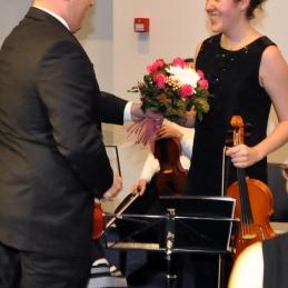 Prekrasen šopek je sprejela organizacijska vodja orkestra, Marina Klemenčič.