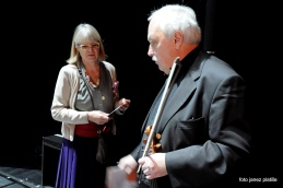 Pogovor producentke, Nataše Kelhar z dirigentom orkestra, Francom Avsenekom, tik pred pričetkom koncerta