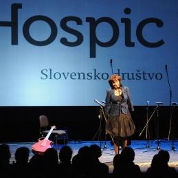 Uvodni nagovor prostovoljke Hospica in pobudnice koncerta, Mance Košir.