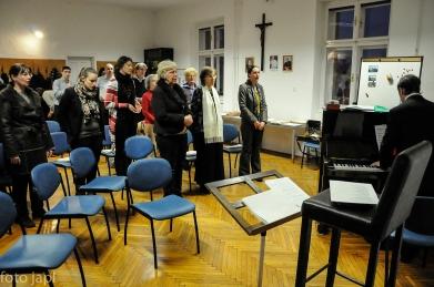 Upevanje zbora v učilnici.