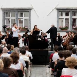Solista violinista Andrej Gubenšek in Lucija Čemažar.