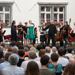 Priklon Sanje in orkestra.