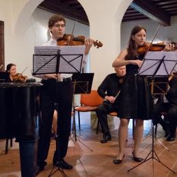 Sledil je dvojni Bachov koncert, kot solista sta z nami nastopila stara znanca orkestra, Andrej Gubenšek, dr. med. in Lucija Čemažar.