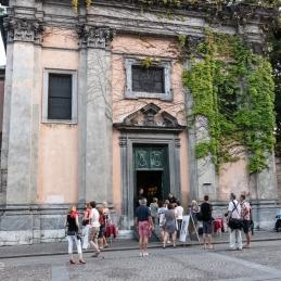 Zbiranje publike pred Križevniško cerkvijo v Ljubljani.