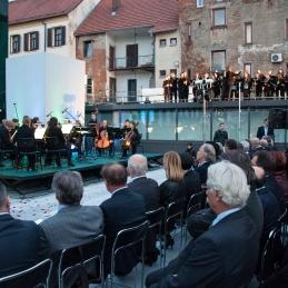 Orkester in zbor.