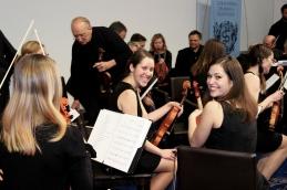 Nasmejani violinistki še pred pričetkom.