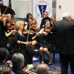 Violinist Andrej Gubenšek, dr.med., z orkestrom.