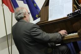 Ob klavirju Hotimir Lešničar, dr.med.spec.onkologije.