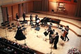 Prihod orkestra na oder, ob nagovoru prof. dr. Zvonke Slavec, organizatorke in voditeljice koncerta, ter predsednice KUD KC MF.
