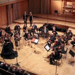 Orkester je z obema solistoma, Anjo Kolman, študentko medcine in Andrejem Gubenškom, dr.med., najprej izvedel Albinonijev Adagio.