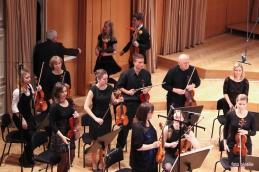 Dirigent čestita solistoma, orkester tudi!