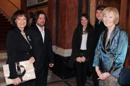 Pred pričetkom v avli Opere; pobudnica koncerta, Manca Košir, ravnatelj SNG Opere in baleta Peter Sotošek Štular, desno predsednica društva Hospic, Tatjana Fink.