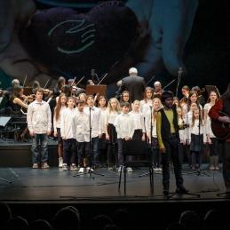 Za izvedbo himne hiše Hospica so se nam na odru še enkrat pridružili Danijel, An in Barja, pri petju pa je pomagal še otroški zbor Walfdorske osnovne šole.