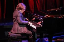 ter Jan Sever ob klavirju.