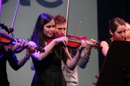 ... in člani orkestra.