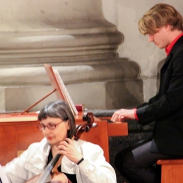 ... še Jelka in Lovro za pozitivom, ki je letos nadomestil orgle.
