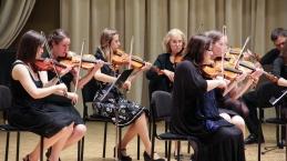 Orkester je najprej samostojno izvedel Adagio Ch. Bacha. Violine...