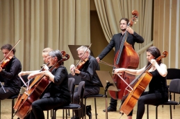 ... ter viole, violončela in kontrabas.