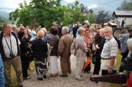 Po koncertu se je dogajanje preselilo pred cerkev.