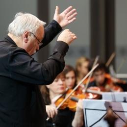 Solista je pozorno spremljal in orkester vodil dirigent, prof. Avsenek.