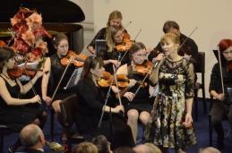Dr. Barbara Čokl z orkesrom, s prvo violino, Vildano Repše.