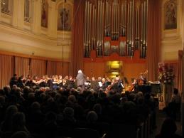 Pogled na orkester bolj od odzadaj.