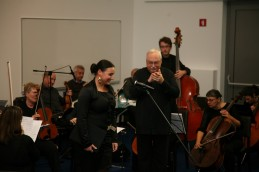 Aplavz publike, orkstra ter dirigenta, prof. Avseneka!