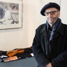 Vilijem Demšar ob svoji violini, ki je tudi razsravljena v Pomorskem muzeju.