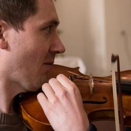 ... v cerkvi pa sta se že pripravljala solista Andrej Gubenšek...