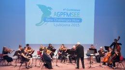 Orkester je začel z Valčkom iz Maškarade.