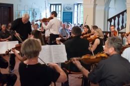 S strani orkestra proti publiki.