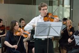 S prvimi violinami v ozadju.