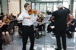 Tudi naslednja skladba je bil Bach. S solistom Andrejem Gibenškom smo izvedli Koncert v a-molu.