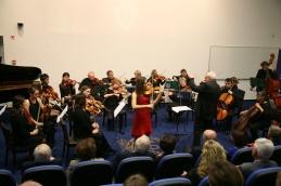 Lucija Čemažar z orkestrom.